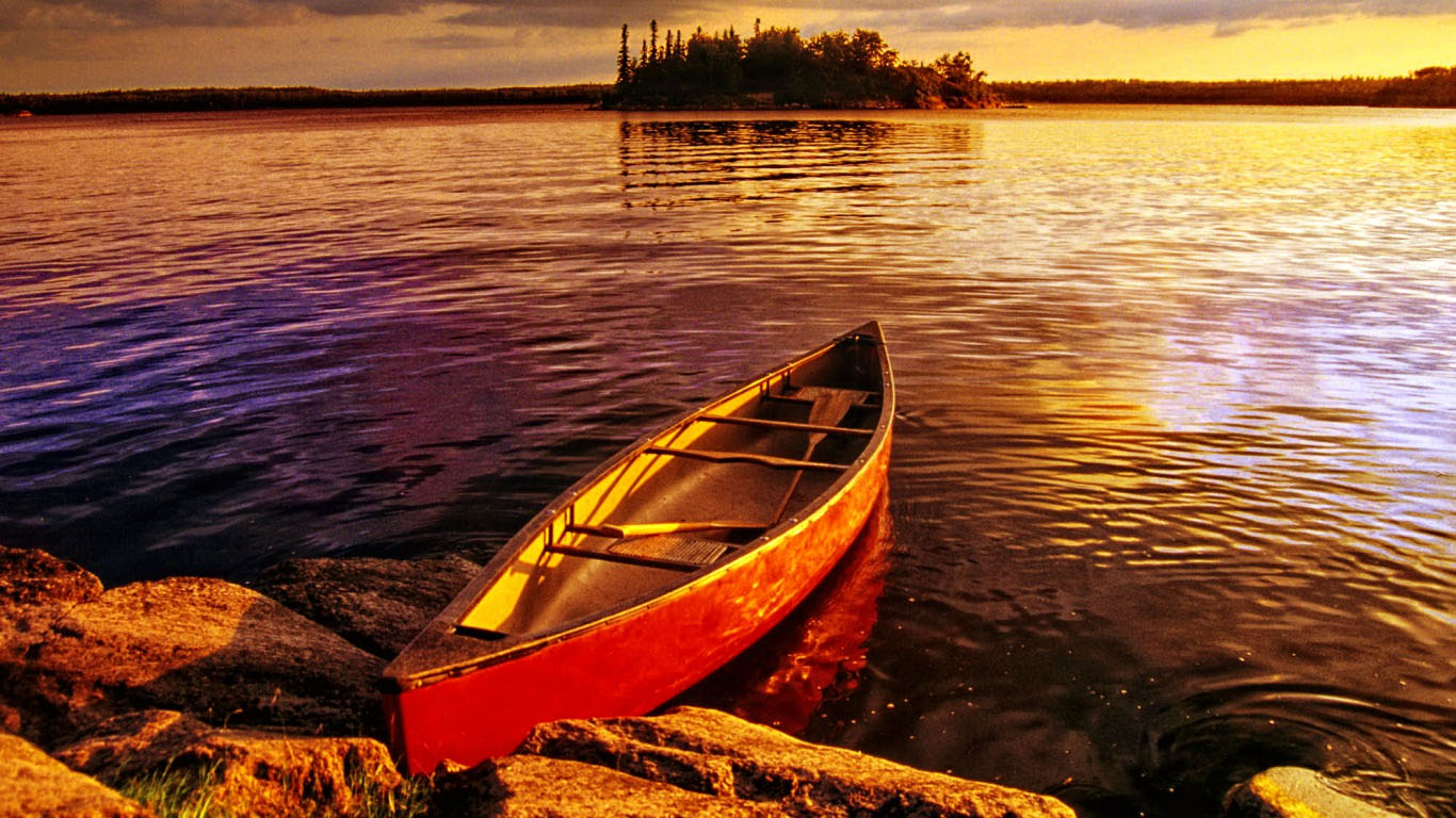 Лодка на берегу зеленого озера  № 2492957  скачать